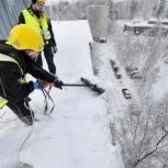 Сброс снега с крыш. Очистка кровли от наледи. Уборка сосулек, Новосибирск