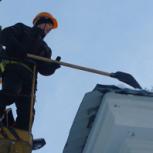 Сброс снега с крыш. Возможно с автовышки. Уборка  снега  погрузчиком, Новосибирск
